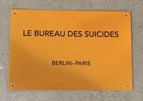 Le Bureau des Suicides, 2020, Schild für die Ausstellung VALERY / PLATTOFRM I / EXIL, Galerie Pankow Berlin, Metall, 30 x 50 cm